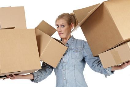 femme déménageant, femme qui prépare les cartons